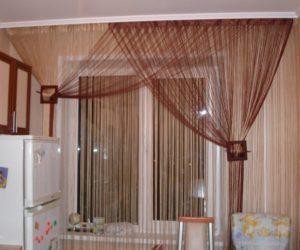 шторы из нитей на кухню