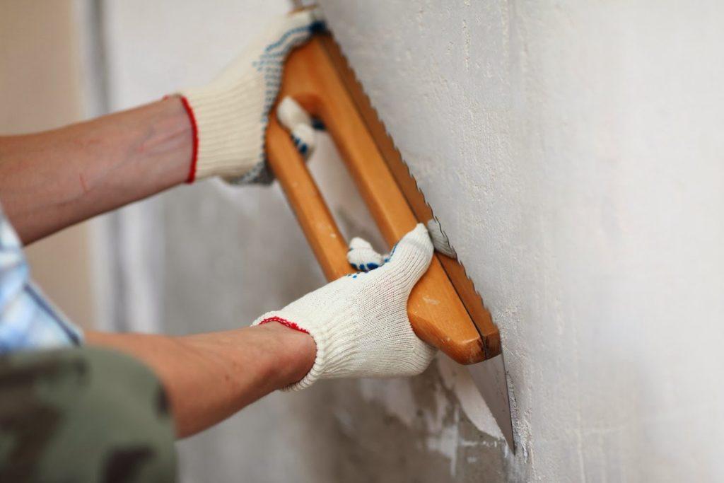 Как выровнять стены шпаклевкой